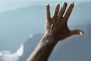 Видео: язык жестов на мраморном карьере