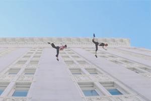 Видео дня: Калифорнийский хореограф танцует на стене здания