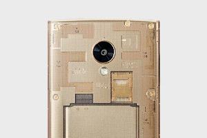 В Японии выйдет смартфон c прозрачным корпусом