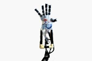 Тинейджер изобрел управляемый силой мысли протез руки