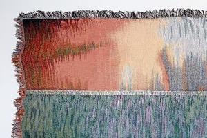 Художники переносят компьютерные глитчи на текстиль