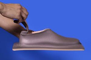 Дизайнер показала дешёвую обувь из одного куска «резиновой пластмассы»