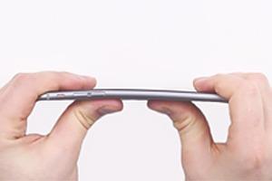 Для нового стресс-теста iPhone 6 Plus попытались согнуть вручную