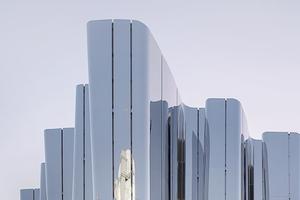 Архитектура дня: музей с волнистым фасадом из нержавеющей стали