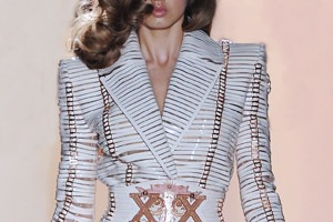 Кутюр в деталях: Принты в виде карт таро и боксерские пояса на Versace