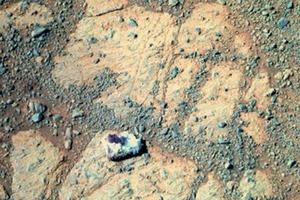 Учёные не нашли объяснения «блуждающему камню» на Марсе