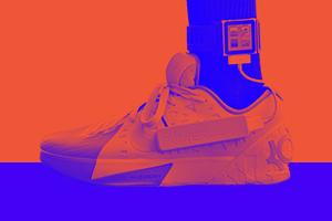 Подросток научился заряжать смартфон кроссовками
