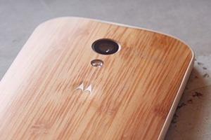 Motorola представила смартфон с деревянным корпусом