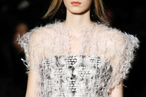 Кутюр в деталях: Цветы, пайетки и пух на показе Chanel