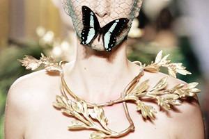Кутюр в деталях: Перья, золото и бабочки на показе Giambattista Valli
