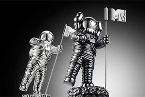 KAWS разработал статуэтку Moonman для премии MTV