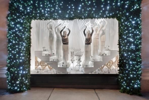 10 праздничных витрин: Робот в Agent Provocateur, цирк в Louis Vuitton и другие. Изображение № 82.