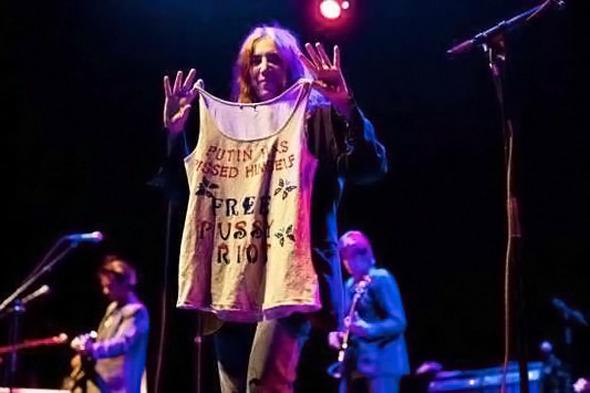 Патти Смит, музыкант. На концерте в Осло поддержала Pussy Riot и показала зрителям самодельную футболку «Putin has pissed himself. Free Pussy Riot».. Изображение № 16.
