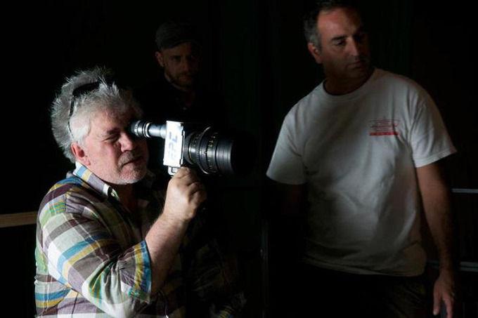 Педро Альмодовар на съемках «Влюбленных пассажиров». Изображение № 1.