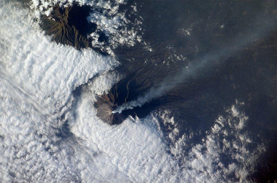 Как выглядит из космоса извержение вулкана. Изображение №12.