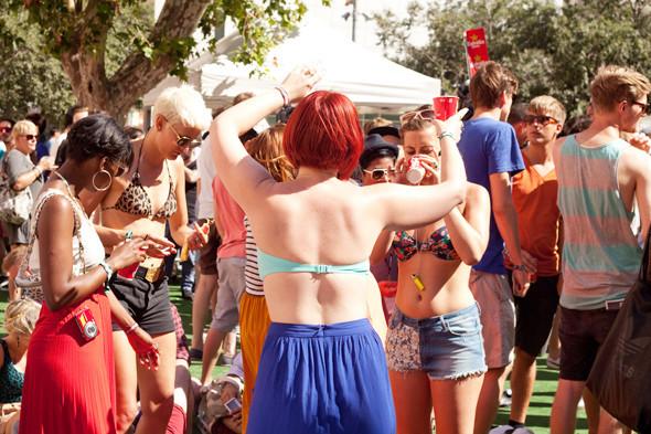 Пестрые рубашки и темные очки: Посетители фестиваля Sonar 2012. Изображение № 11.