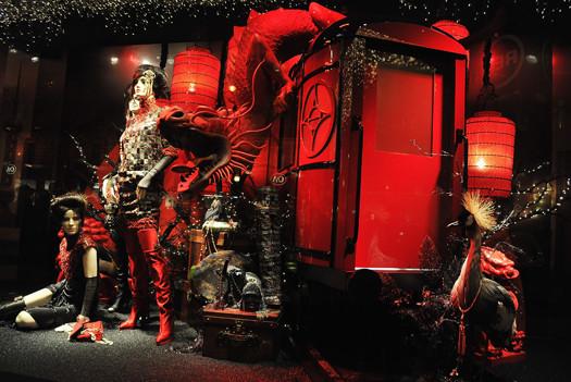 10 праздничных витрин: Робот в Agent Provocateur, цирк в Louis Vuitton и другие. Изображение № 8.