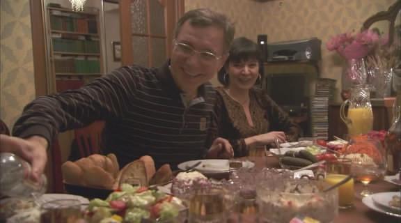 В конце концов Фил попадает на ужин в обычную семью и с радостью узнает, что они — нормальная семья. Изображение № 10.