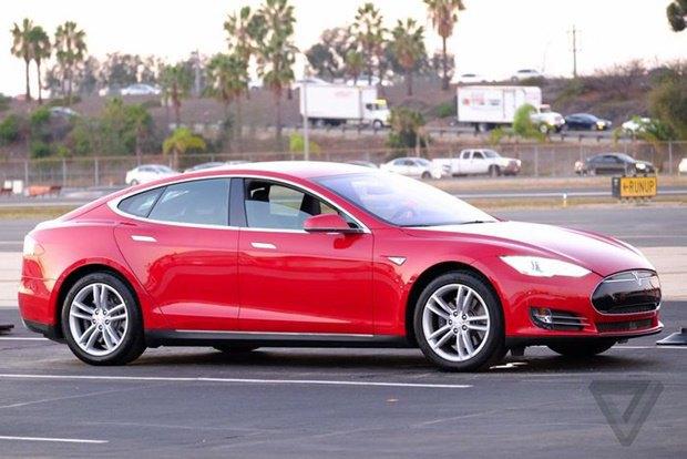 Tesla показала полноприводный электрокар. Изображение № 1.