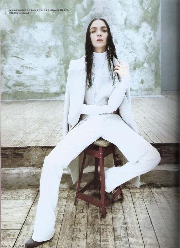 Съёмка: Мариакарла Босконо для корейского Vogue. Изображение № 4.