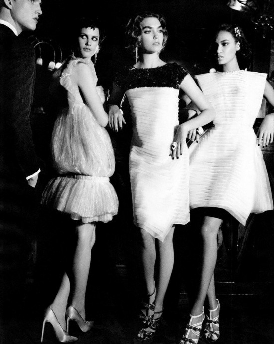 Сьемка: Саския де Брау, Джоан Смоллс и Аризона Мьюз в Harper's Bazaar. Изображение № 5.