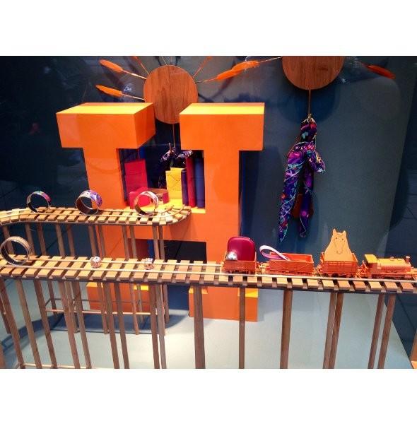 10 праздничных витрин: Робот в Agent Provocateur, цирк в Louis Vuitton и другие. Изображение № 48.