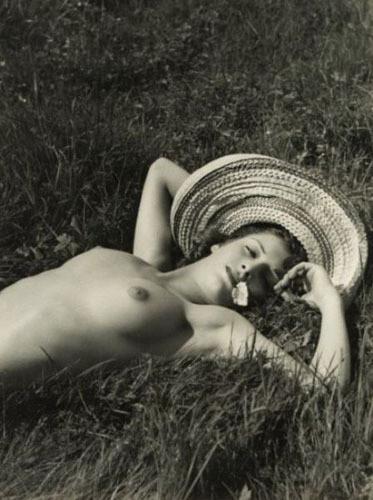 Части тела: Обнаженные женщины на винтажных фотографиях. Изображение №120.