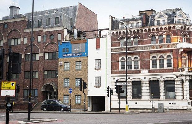 В Лондоне появился перевёрнутый вверх дном дом. Изображение № 2.