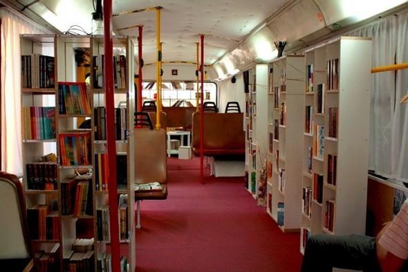 Старый троллейбус превратили в библиотеку. Изображение № 5.