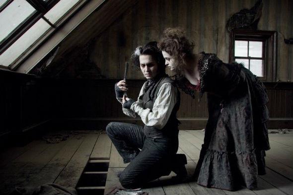 Джонни Депп объясняет Хелене Бонэм-Картер как печь пирожки из трупов. «Суини Тодд, демон-парикмахер с Флит-стрит», 2007. Изображение №21.