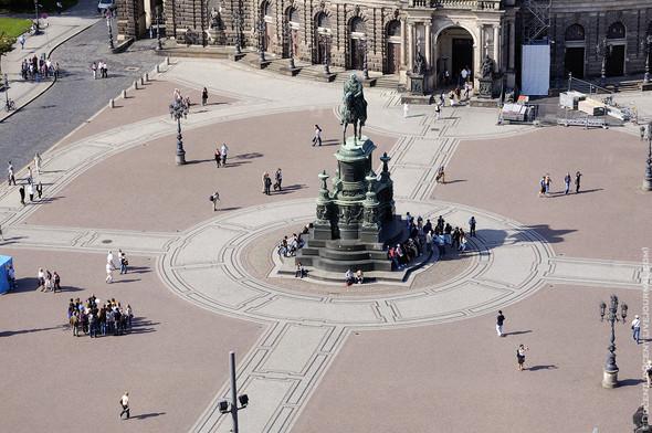 Памятник королю Йохану Первому Саксонскому на Театральной площади Дрездена. Изображение № 6.