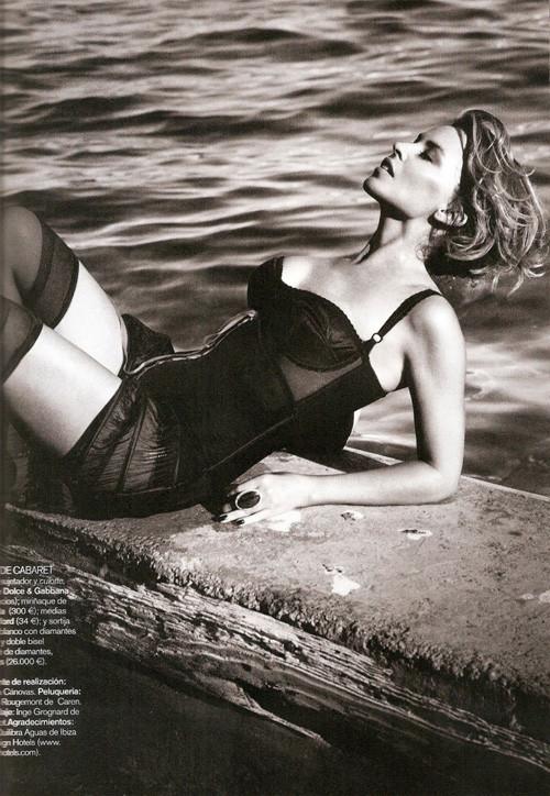 Кайли Миноуг снялась в фотосессии для испанского Vogue. Изображение № 4.