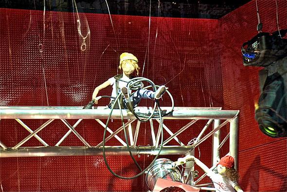 10 праздничных витрин: Робот в Agent Provocateur, цирк в Louis Vuitton и другие. Изображение № 26.