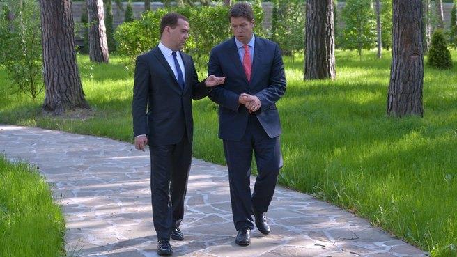 Премьер-министр РФ Дмитрий Медведев и журналист Bloomberg Райан Чилкот. Изображение № 1.