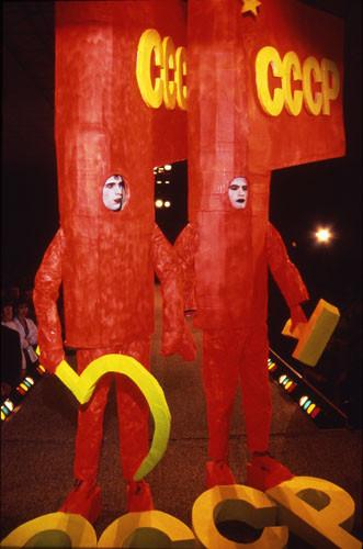 Показ Андрея Бартенева вклубе  «Манхэттен‑экспресс». 1994. Фото: Глеб Косоруков. Изображение № 3.