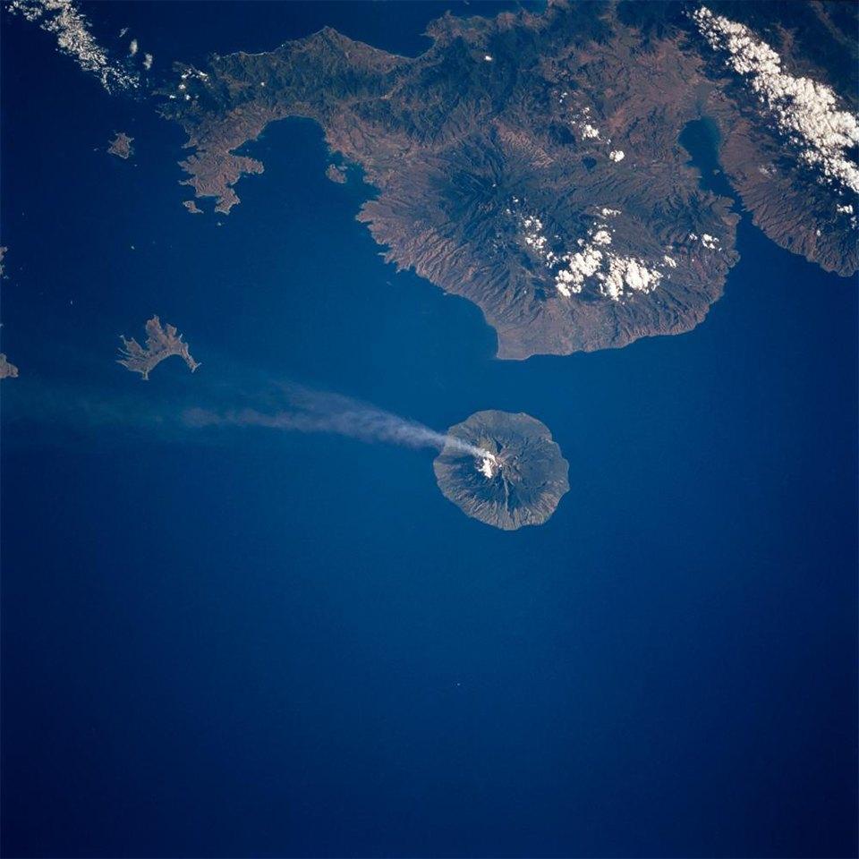 Как выглядит из космоса извержение вулкана. Изображение №13.
