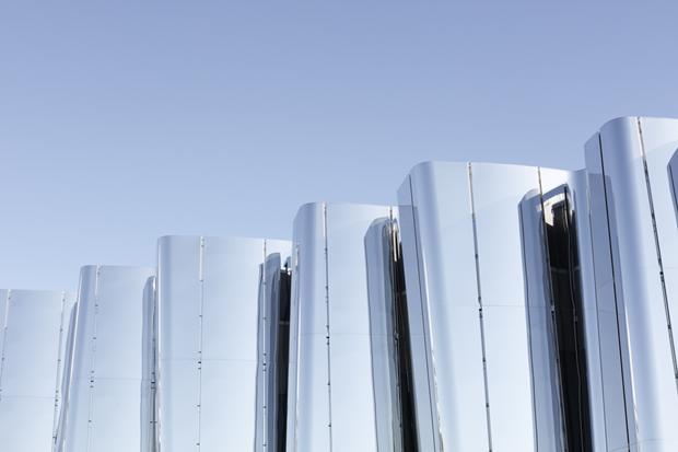 Архитектура дня: музей сволнистым фасадом изнержавеющей стали. Изображение № 10.