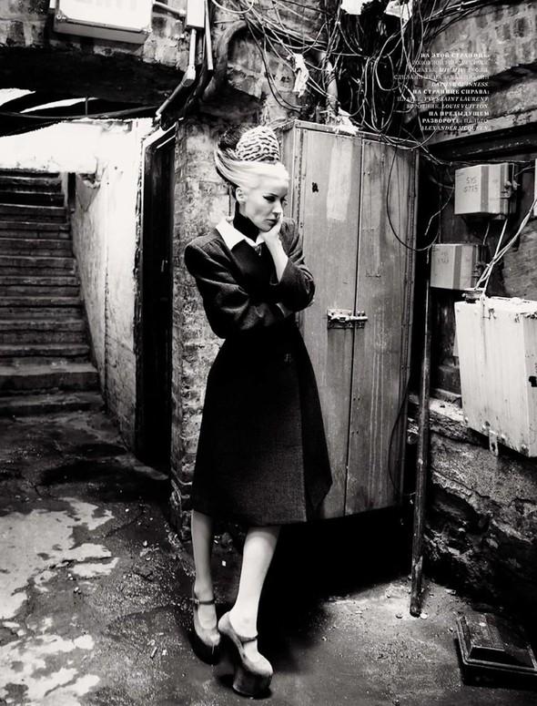 Съёмка: Дафна Гиннесс для российского Harper's Bazaar. Изображение № 2.