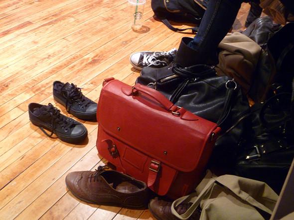Обувь и сумки моделей. Изображение № 54.
