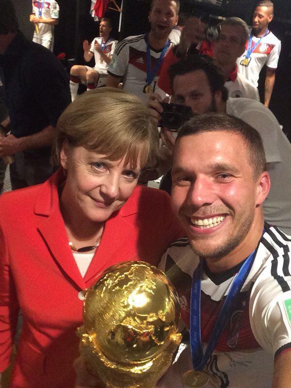 Лукас Подольски и канцлер Германии Ангела Меркель. Изображение № 13.