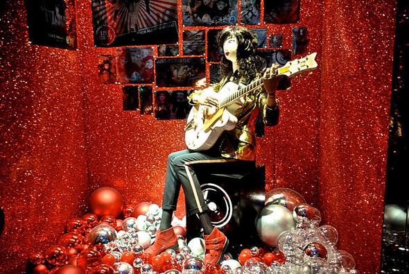 10 праздничных витрин: Робот в Agent Provocateur, цирк в Louis Vuitton и другие. Изображение № 42.