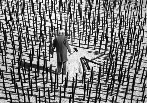 Gilbert Garcin и его честное черно-белое. Изображение № 6.