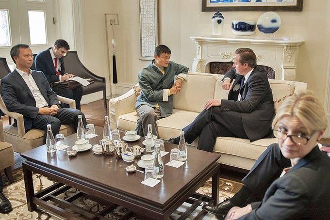 Джек Ма разговаривает с премьер-министром Великобритании Дэвидом Кэмероном. Изображение № 1.