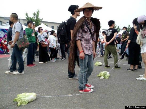 Китайские подростки выгуливают капусту на поводке. Изображение № 3.