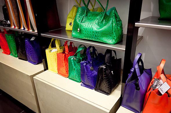 Цвет оптом: Яркие краски в магазинах. Изображение № 48.