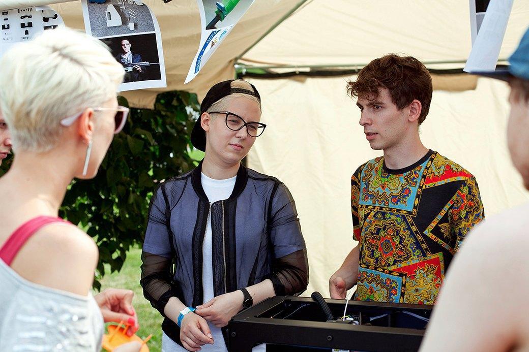 Шеф-редактор Look At Me Рита Попова и главред Даниил Трабун рассказывают о работе 3D-принтеров.. Изображение № 14.