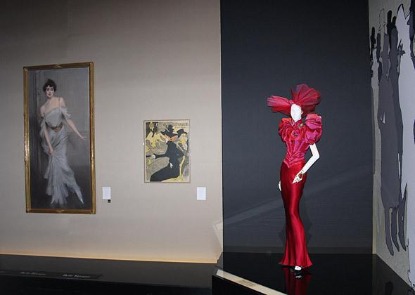 Вишневое вечернее платье Dior haute couture FW 1997 с картинами Тулуз-Лотрека и Джованни Болдини. Изображение № 1.