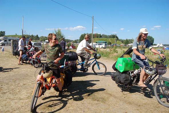 Многие приезжают на велосипедах – летом можно себе это позволить. Изображение №23.
