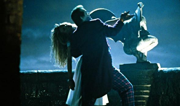 Брюс Уэйн и Джокер сражаются не только за власть, но и за сердце репортерши Вики Вейл. «Бэтмен» 1989. Изображение №19.
