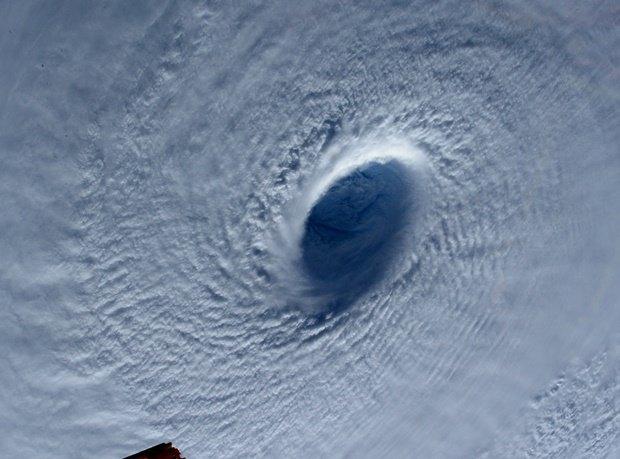 Фото дня: супертайфун Майсак с борта МКС. Изображение № 4.